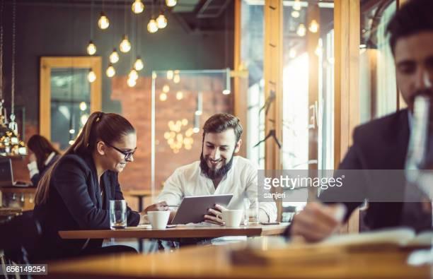 Geschäftsleute im Cafe-Restaurant