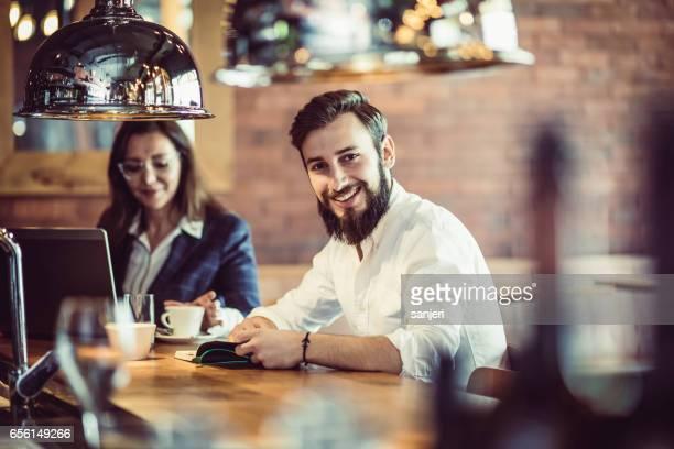 Gens d'affaires travaillant au Restaurant Cafe