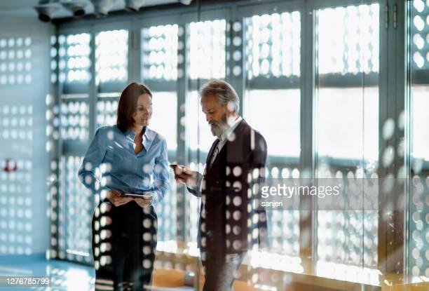 オフィスで働くビジネス・ピープル - エグゼクティブディレクター ストックフォトと画像