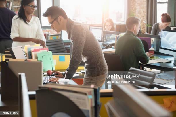 business people working in busy office - ocupado - fotografias e filmes do acervo