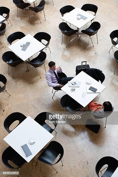 business people working in cafe - driekwartlengte stockfoto's en -beelden