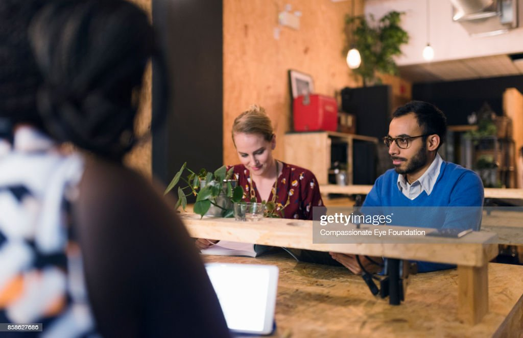 Business people working in cafe : Stock-Foto