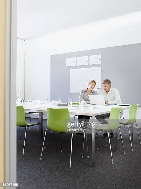 ビジネス人々の作業のコンファレンスルーム