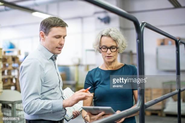 Gente de negocios trabajando en imprenta