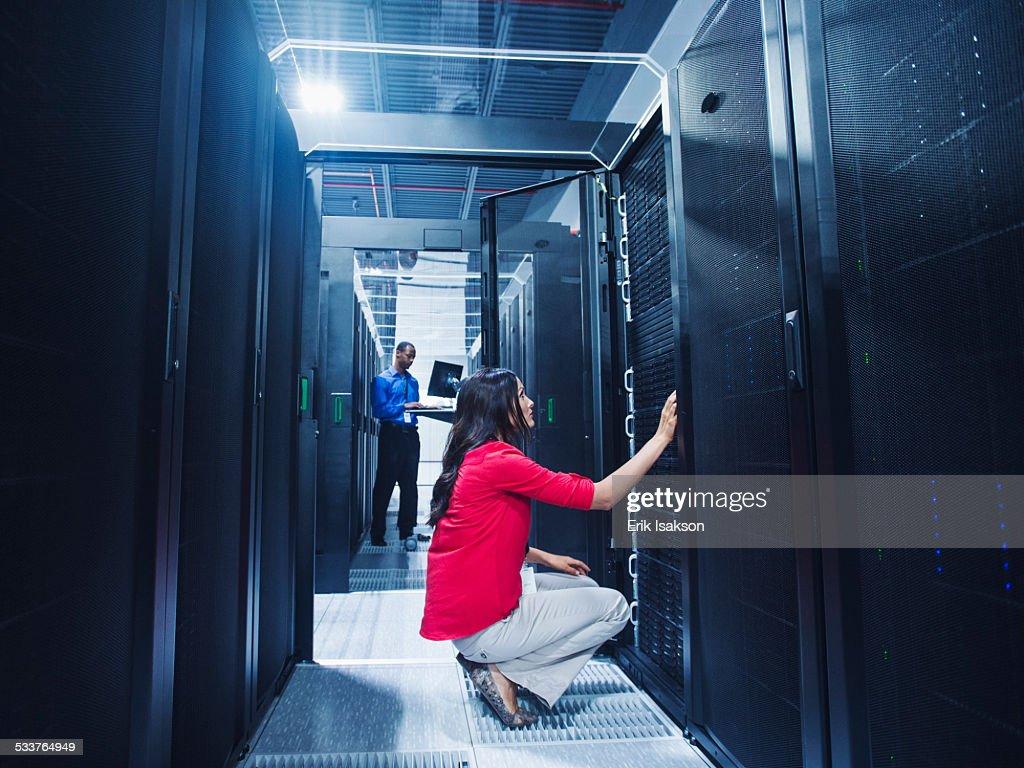 Business people working in server room : Foto stock