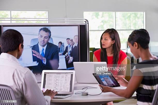 ビジネス人々の作業のテレビ会議