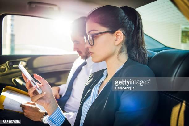 車の中で働くビジネスマン
