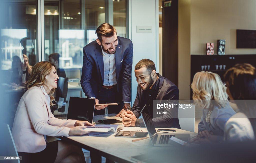 オフィスで働くビジネスマン : ストックフォト