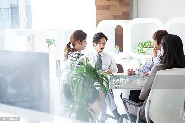 ビジネスオフィスで働く人