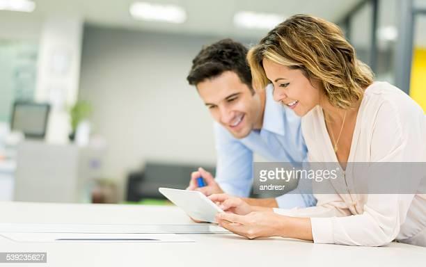 Gente de negocios trabajando en un ordenador