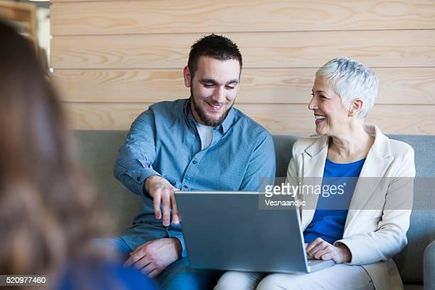 business people working on laptop at cafe - wit haar stockfoto's en -beelden