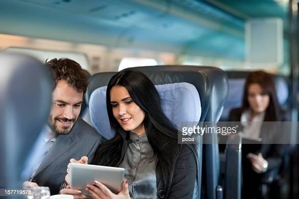 Geschäftsleute Arbeiten auf der Passagierzug