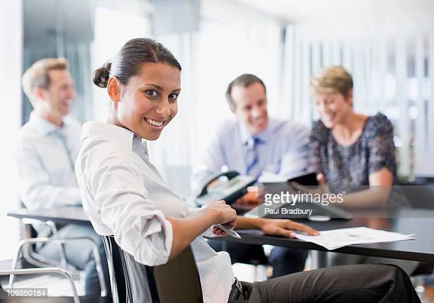hommes d'affaires travaillant ensemble dans la salle de conférence - tourner photos et images de collection