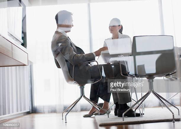 Hommes d'affaires travaillant ensemble dans la salle de conférence