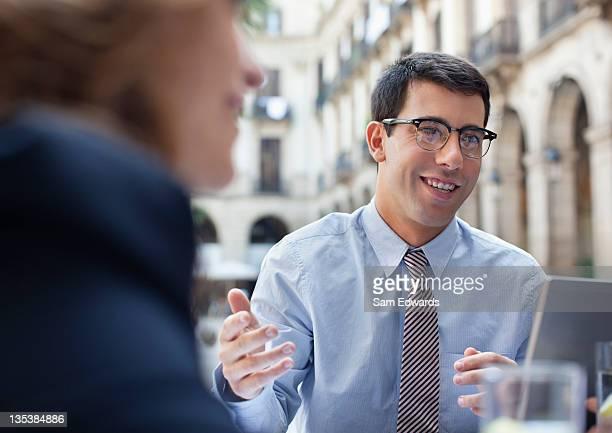 一緒に働くビジネス人々のサイドウォークカフェ