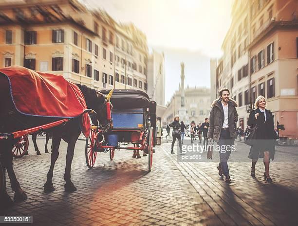 Homme d'affaires marchant à Piazza di Spagna à Rome