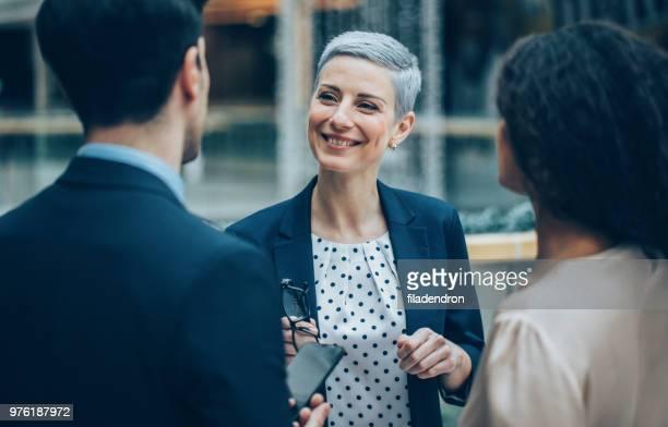 Geschäftsleute, die außerhalb des Büros im Gespräch
