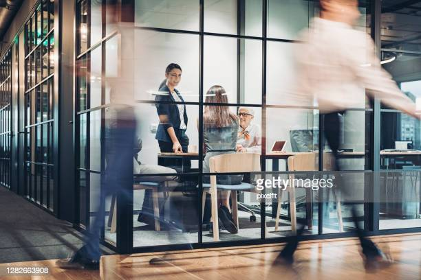 affärsmän som går och arbetar runt kontorsbyggnaden - opening event bildbanksfoton och bilder