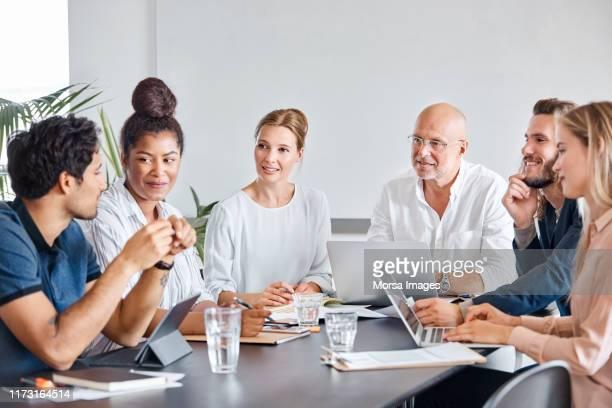 business professionals plannen in meeting - middelgrote groep mensen stockfoto's en -beelden