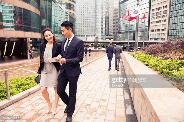タブレットを使用してビジネスのプロに香港金融街