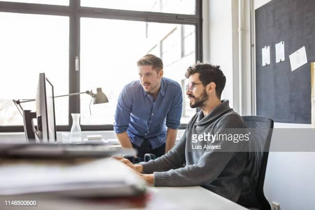 business professionals working together on a computer - designberuf stock-fotos und bilder