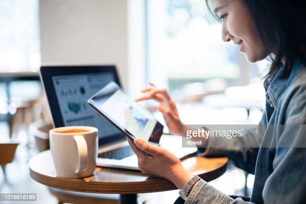 business report on digital tablet - 金融関係の職業 ストックフォトと画像