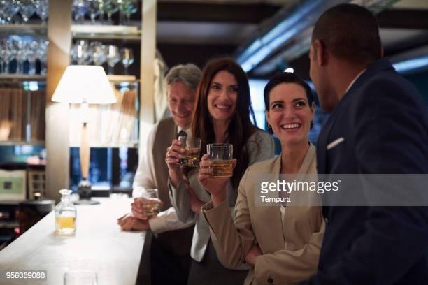 Business retraites, drinken in de bar, happy hour.