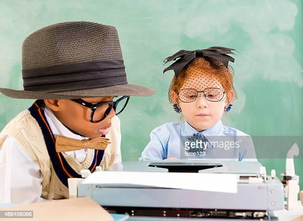 Business: Retro Kind Sekretär, boss am Schreibtisch mit Schreibmaschine. Vorgeben.