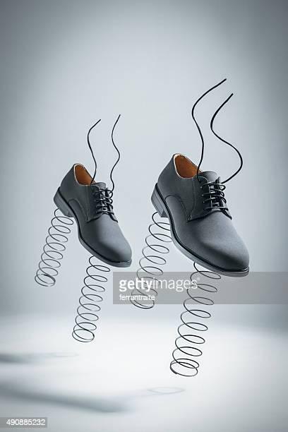 Business-Schuh mit Springs Jumping von sich