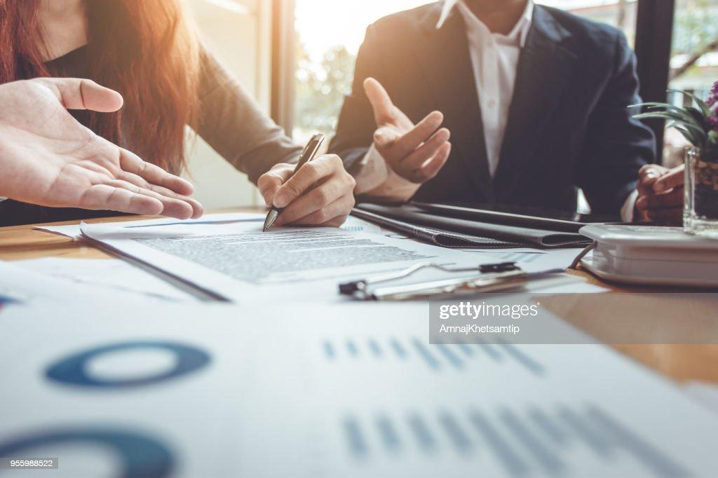 署名契約の購入 - 家を売るビジネス。 : ストックフォト