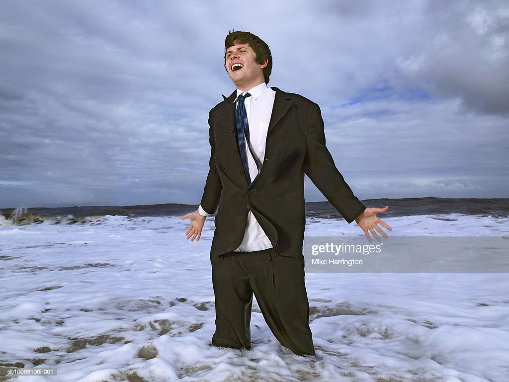 Business standing in sea and screaming : Stockfoto