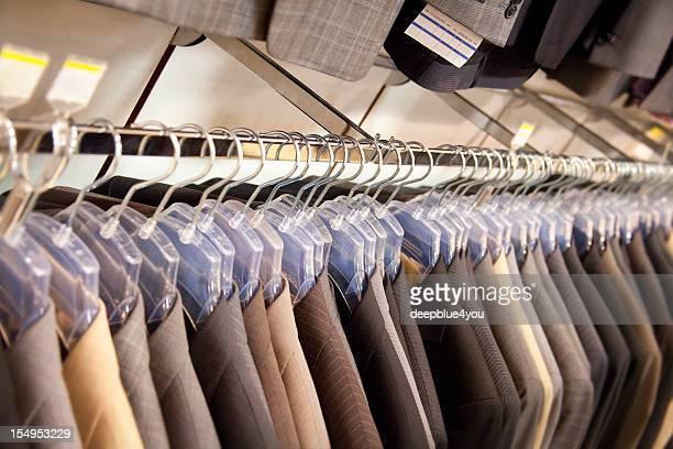 Costume d'affaires sur des vêtements rail