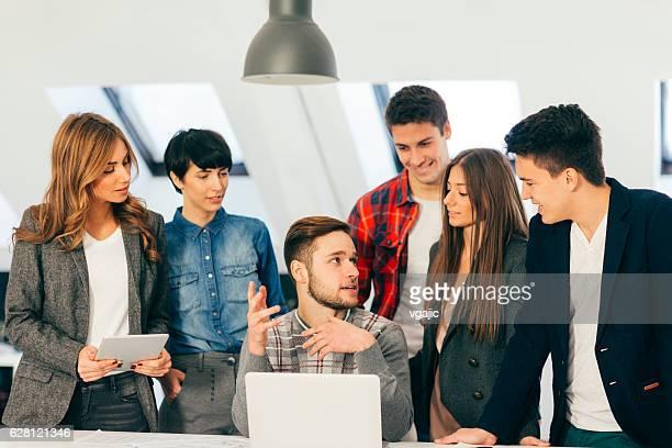 Équipe des affaires lors d'une réunion.