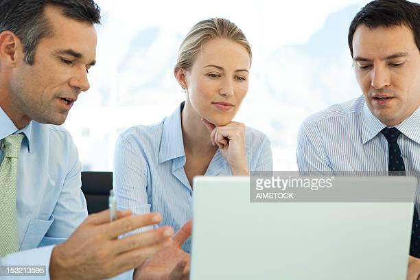 ビジネスチームオフィスで - エグゼクティブディレクター ストックフォトと画像