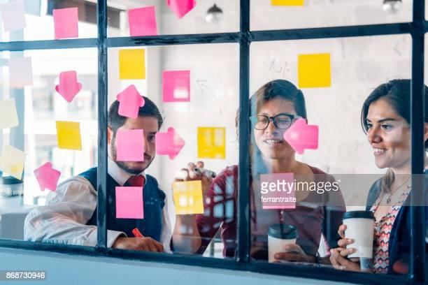 business team brainstorming - lateinamerika stock-fotos und bilder