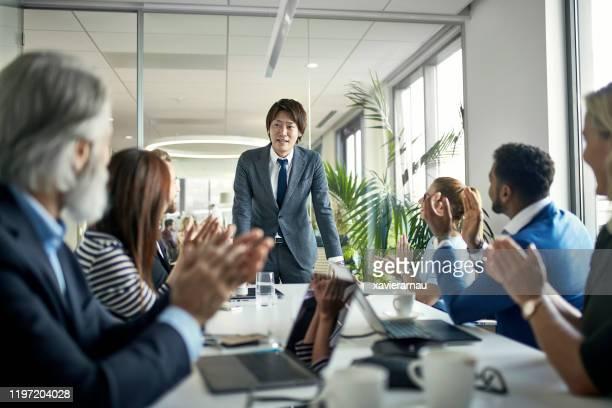 拍手で力強いプレゼンテーションを祝うビジネスチーム - セールストーク ストックフォトと画像