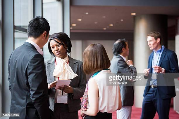 Equipe de negócios consultoria no um entrada na conferência