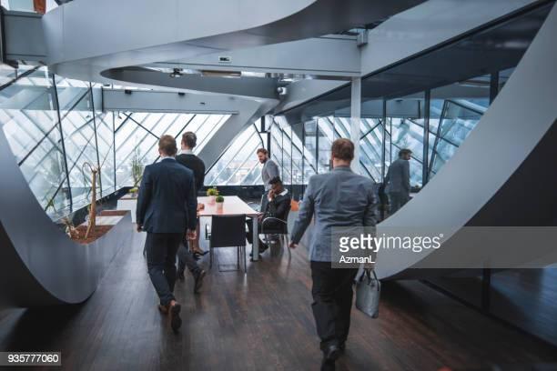 business-team in einem büro - eintreten stock-fotos und bilder