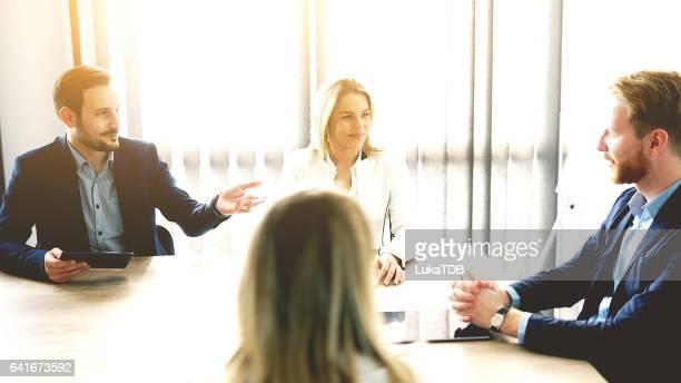 Business team hebben bijeenkomst over nieuw idee