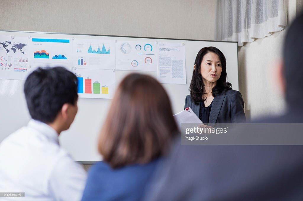 ビジネスチームが、ミーティング、コンファレンスルーム : ストックフォト