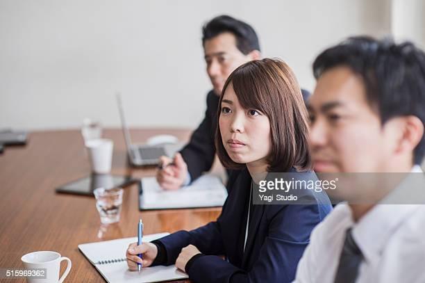 ビジネスチームが、ミーティング、コンファレンスルーム