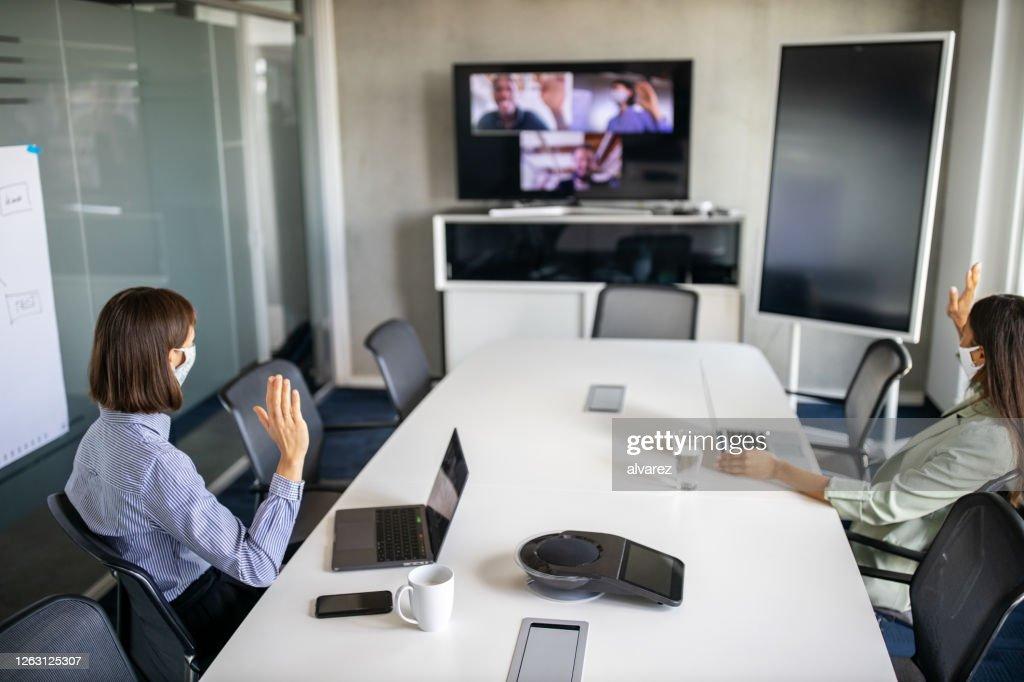 Bedrijfsteam dat een vergadering over Internet tijdens pandemie heeft : Stockfoto