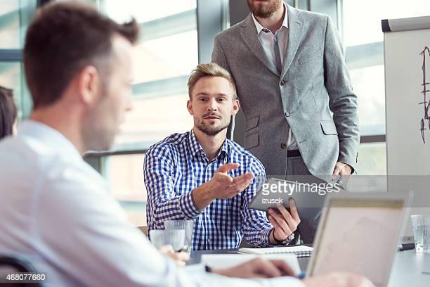 Business-team in einem Büro, brainstorming