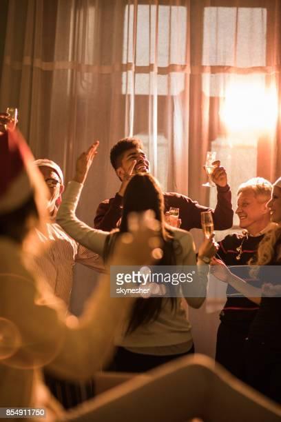 business-team spaß während der weihnachtsfeier im büro. - monat stock-fotos und bilder