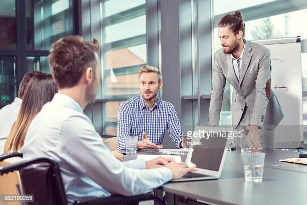 Équipe ayant une réunion d'affaires dans un bureau