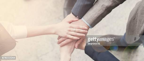 business team joining hands - handen ineengevouwen stockfoto's en -beelden