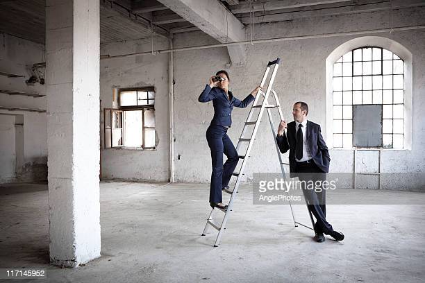 Equipe de negócios à procura de ideias novas