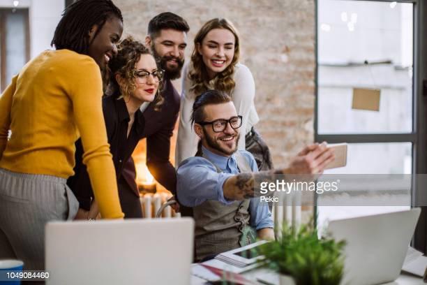 business team machen selfie - fotohandy stock-fotos und bilder