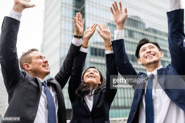 ビジネスチームの肖像画  - 腕を上げる ストックフォトと画像