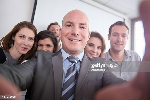 business-team, die ein selfie im büro - selbstporträt stock-fotos und bilder